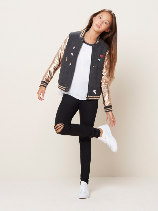 Are you looking for some winter outfits for teenage girls. For young school and college girls? Cute winter clothes that suit young girls well and make them look cute at the same time? You would love reading this because outfit trends bring really cool winter fashion ideas for teens.